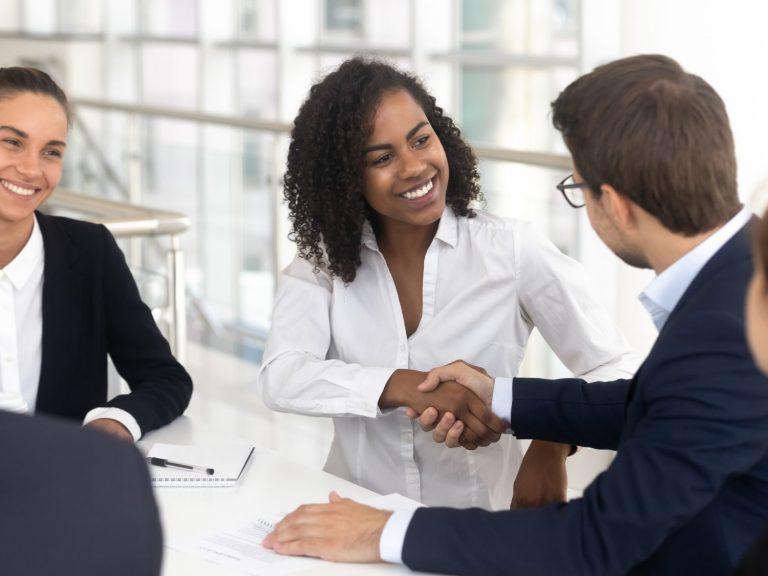 Réunion d'affaires entre membres du personnel