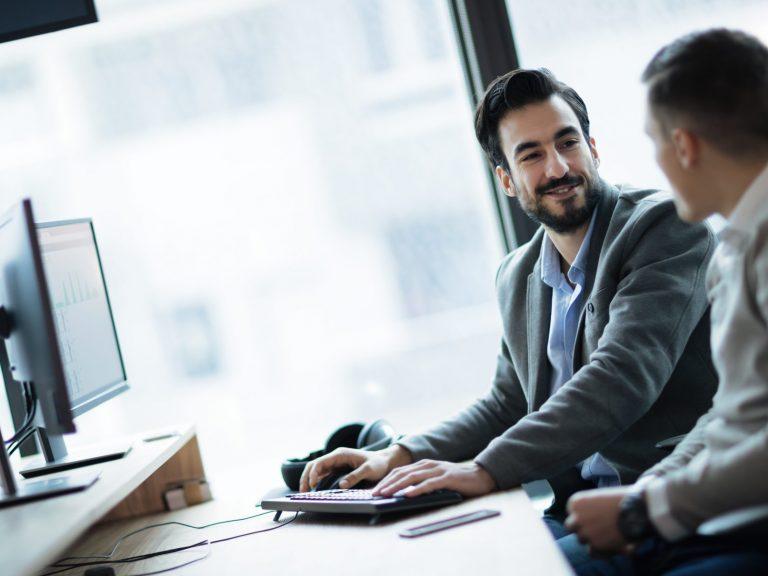 Ingénieurs parlant de projets à un bureau