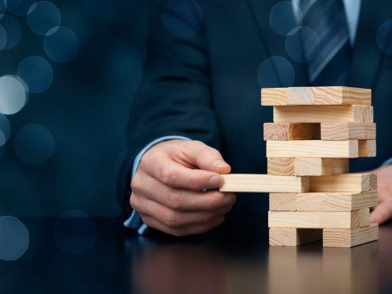 Jeu de Jenga illustrant la gestion des risques
